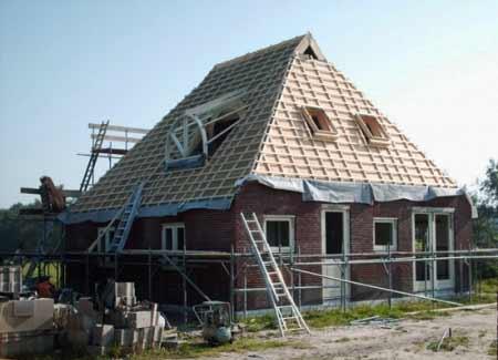 Een-rietgedekte-woonboerderij-in-Drachtster-Compagnie-bouw