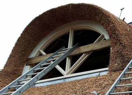Een-rietgedekte-woonboerderij-in-Drachtster-Compagnie-raam