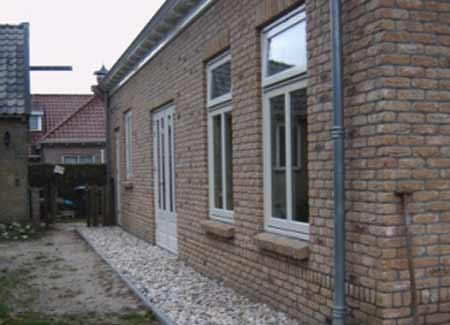 Traditioneel-gebouwd-Engels-landhuis-in-Opeinde-buiten-muur.