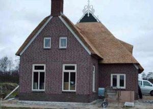 Een-rietgedekte-woonboerderij-in-Drachtster-Compagnie